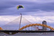 Du lịch Đà Nẵng nhộn nhịp với dù kéo - Lướt Ván bên sông Hàn